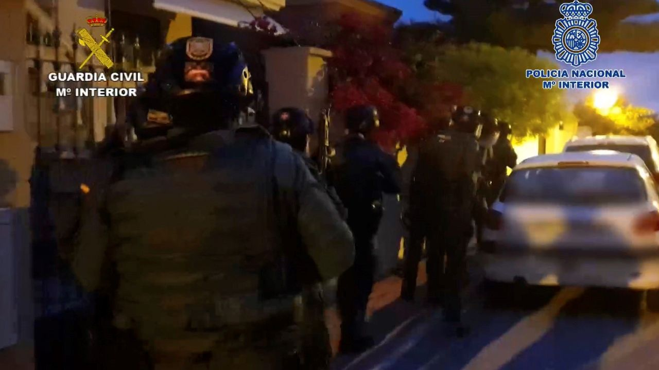 Momento en el que la Policía Nacional y la Guardia Civil proceden a los arrestos