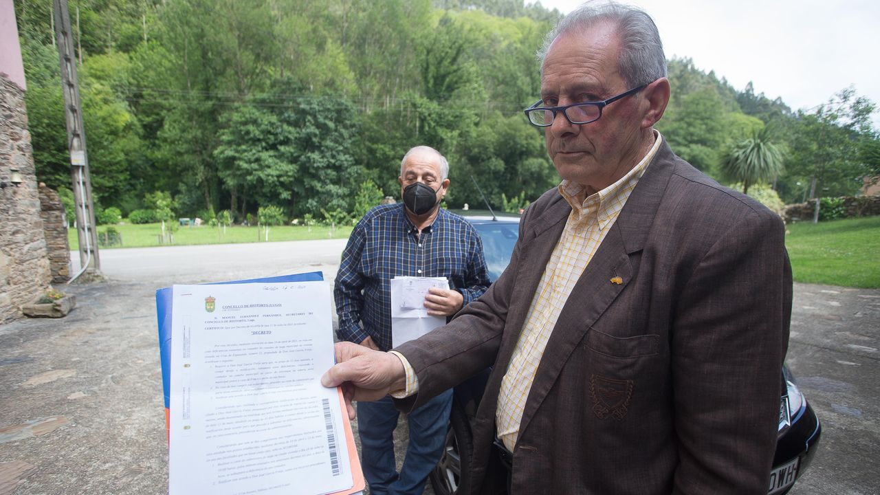 García, con papeles con los que rechaza las críticas que le hace el alcalde por la situación de su vivienda
