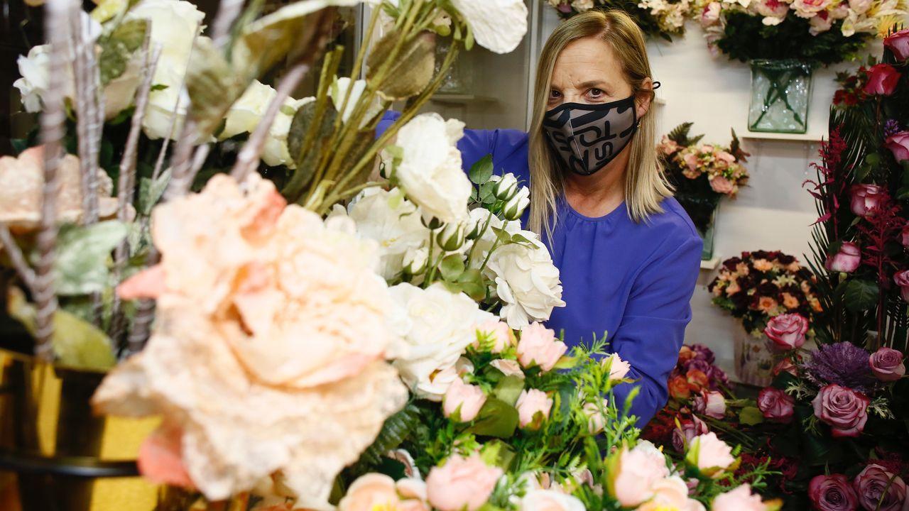 La viveirense Raquel Seijido señala que ahora vende más ramos para visitas puntuales al cementerio que para entierros