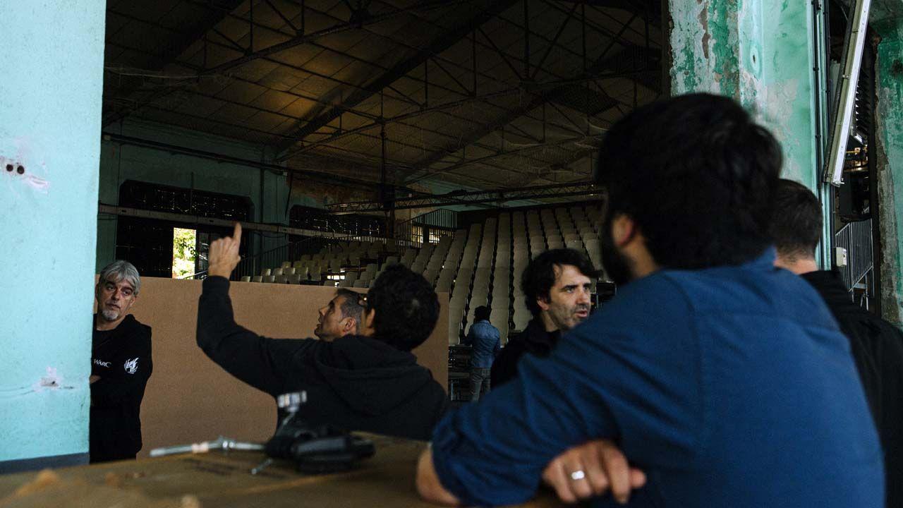 Montaje del espacio escénico en el que se estrenará «Why?», en el taller de la fábrica de armas de La Vega