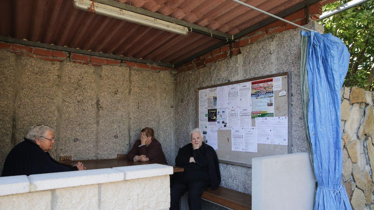 En Coaxe (Catoira), las vecinas se reúnen en las marquesinas para hacer vida social y no falta la cortina para protegerse del sol