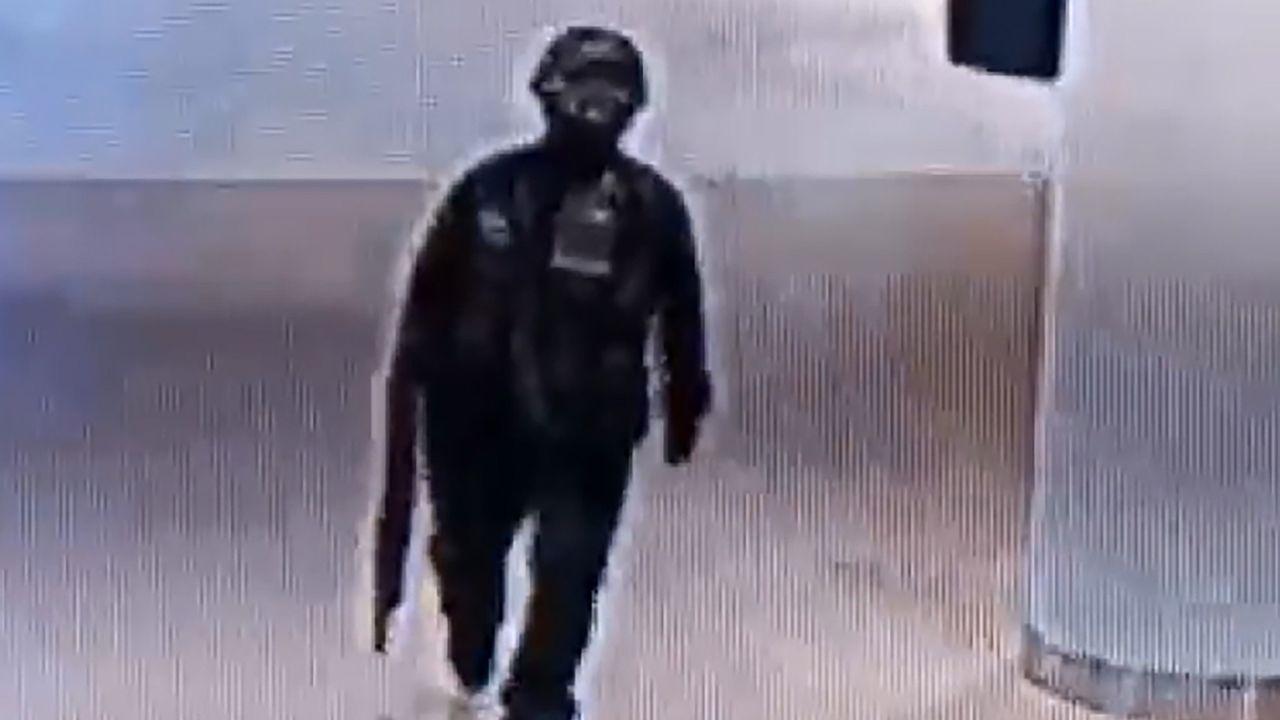 Imagen del asaltante captada por las cámaras de seguridad del centro comercial Terminal 21
