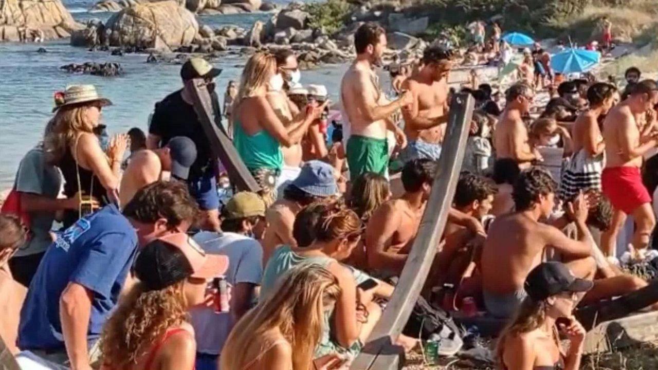 autocovid Castropol Asturias.El jueves la playa de Laxe tuvo bastante gente. En general se guardaron las distancias en la arena, pero no en la orilla y era prácticamente imposible encontrar a nadie con la mascarilla puesta, que es obligatoria cuando no se está tomando el sol en la toalla o la silla propia