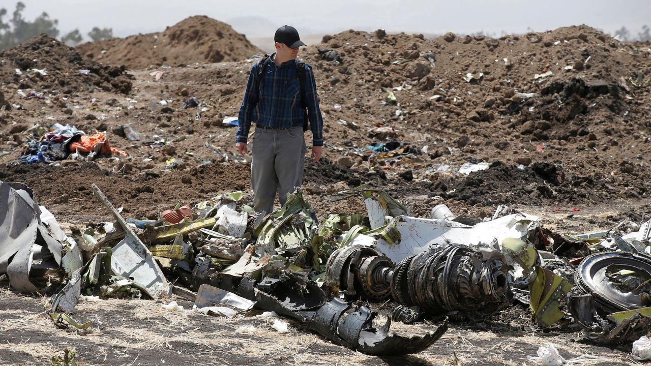 Las imágenes del accidente aéreo en Moscú.Uno de los investigadores aeronáuticos, entre los restos de la aeronave siniestrada en Etiopía