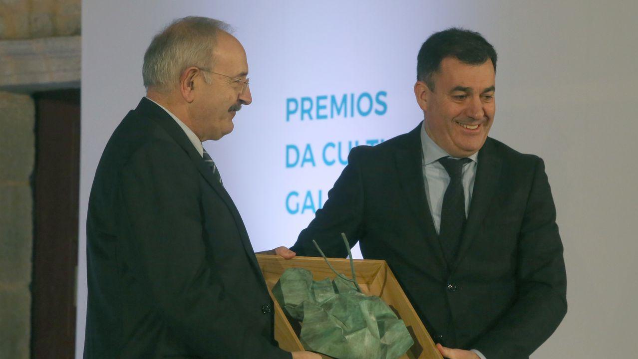 Ramón Villares recolle o premio de mans do conselleiro Román Rodríguez