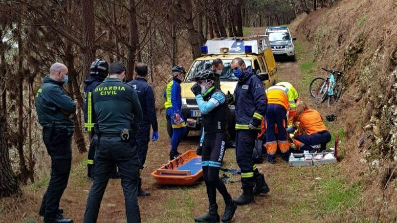 Un abogado de Oviedo recibe una brutal paliza de un maltratador.Personal sanitario atendiendo al ciclista herido