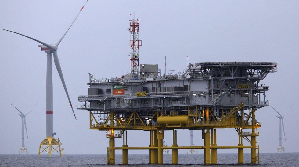 Aerogeneador y subestación eléctrica de un parque de eólica marina de Iberdrola