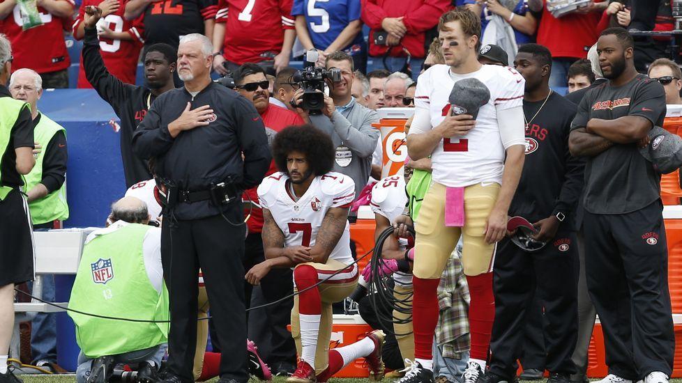 Kaepernick, arrodillado durante el himno
