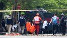 Agentes de policía retiran un cadáver de la catedral del Sagrado Corazón de Makassar tras el atentado islamista