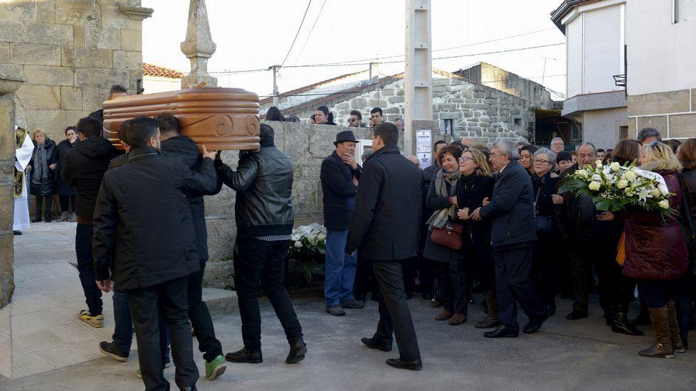 Los padres de Nerea, Raúl Fernández y María Barrera, acompañan el féretro de su hija, en San Cibrao, en Oímbra.
