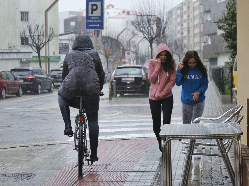Tromba de agua en San Antoniño, ayer, en Pontevedra.