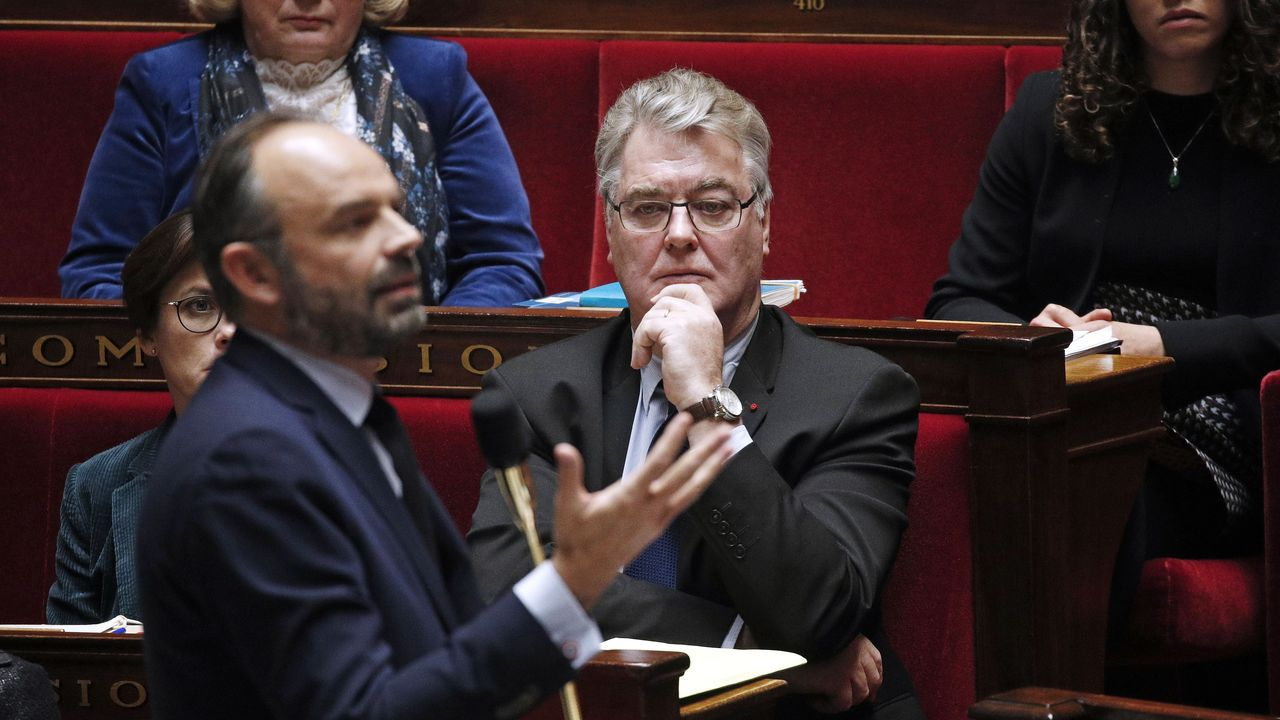 Delevoye observa al primer ministro Edouard Philippe , durante una sesión en la Asamblea Nacional