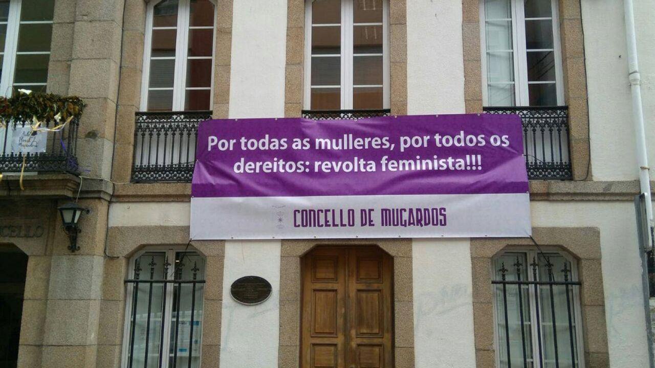 La escritora colombiana Ángela Becerra, posando con su nueva novela