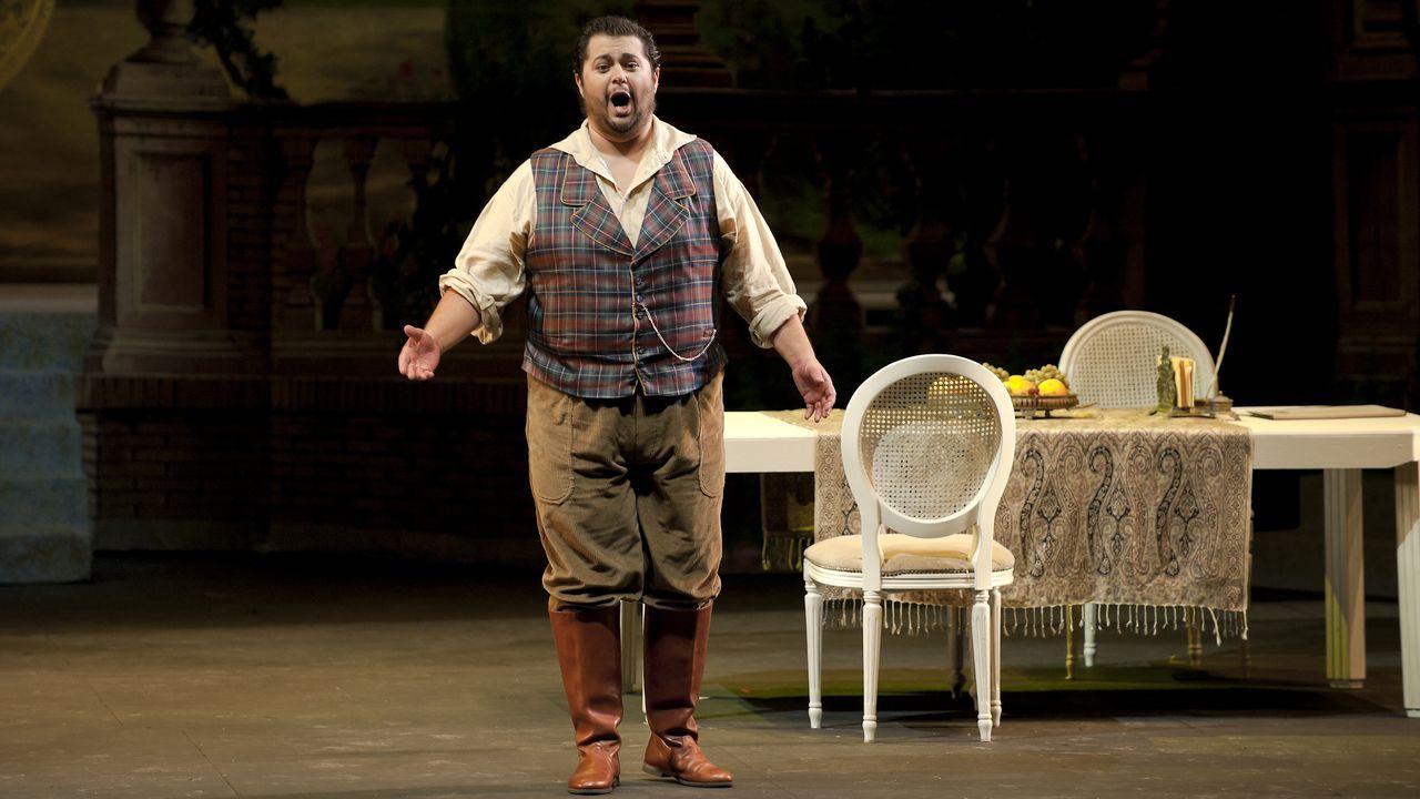 Carlos Goñi canta a Nonito Pereira.Ensayo general de la ópera «Don Carlo» de Verdi en A Coruña