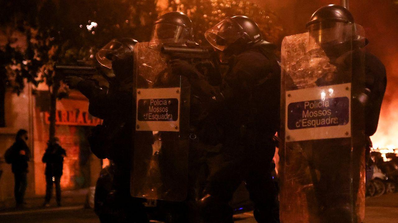 Saqueos y vandalismo en Barcelona, en imágenes.Los Mossos d'Esquadra tratan de repeler las agresiones de los radicales durante una protesta en Barcelona contra el encarcelamiento del rapero Pablo Hasel