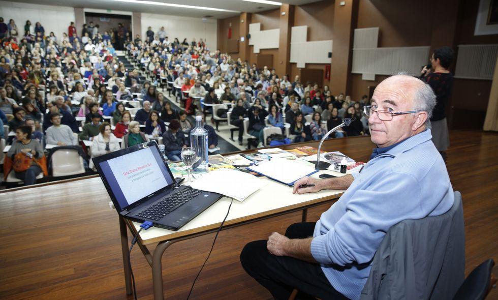 La conferencia de Josep Pàmies llenó ayer el paraninfo del Sánchez Cantón de Pontevedra.