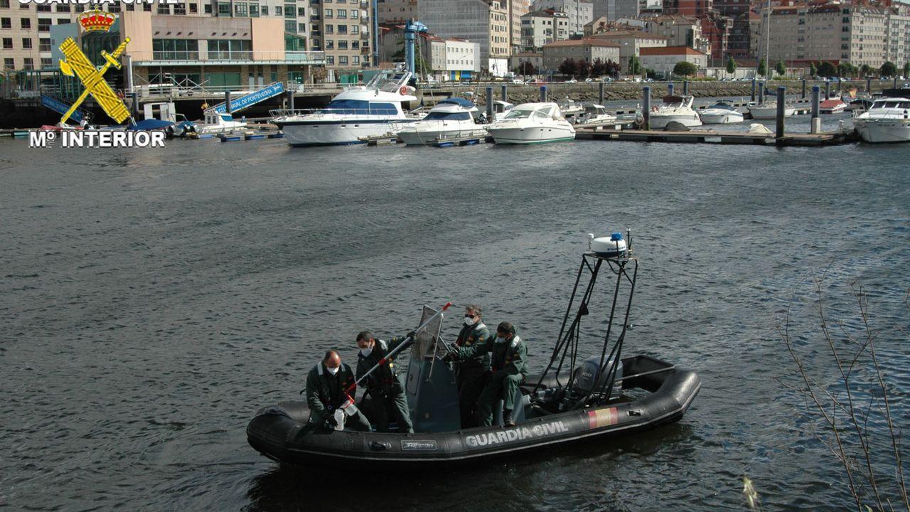 La Guardia Civiltoma muestras del agua del Lérez.Imagen del puente de Rande sin un solo vehículo por efecto del confinamiento