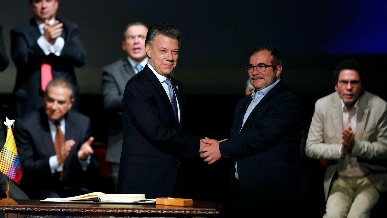 El expresidente Santos y el comandante Timochenko, durante la firma del acuerdo de paz con las FARC