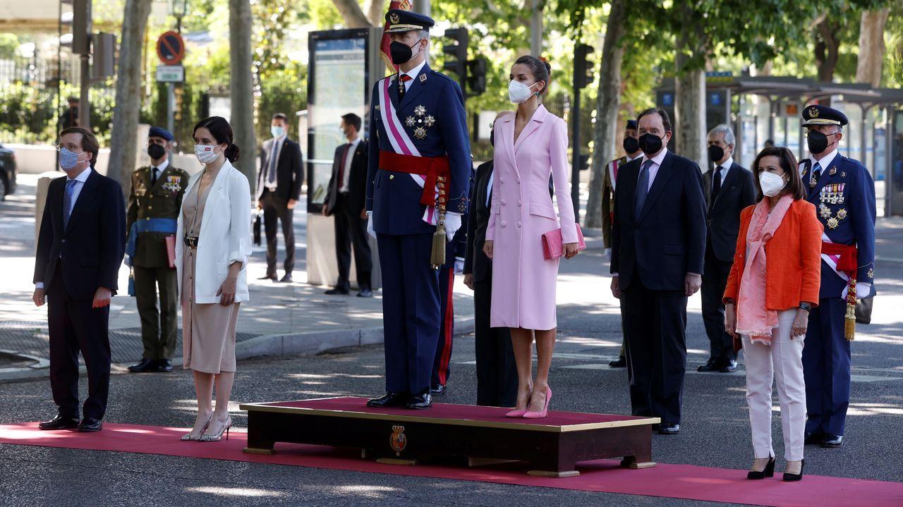 El rey Felipe VI y la reina Letizia, junto a la presidenta en funciones de la Comunidad de Madrid, Isabel Díaz Ayuso (2i), el alcalde de Madrid, José Luis Martínez-Almeida (i) y la ministra de Defensa, Margarita Robles (d) durante la celebración del Día de las Fuerzas Armadas en la Plaza de la Lealtad de Madrid este sábado.
