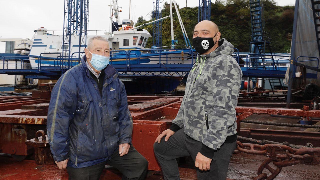 Jorge Fernández López, que aún está en activo, y su hijo Dimas, en el carro del varadero de Celeiro