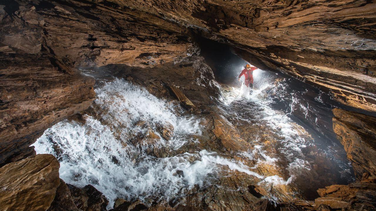 La foto premiada fue tomada durante una visita nocturna que el autor hizo a la cueva de Ceza con un acompañante, que aparece en la imagen