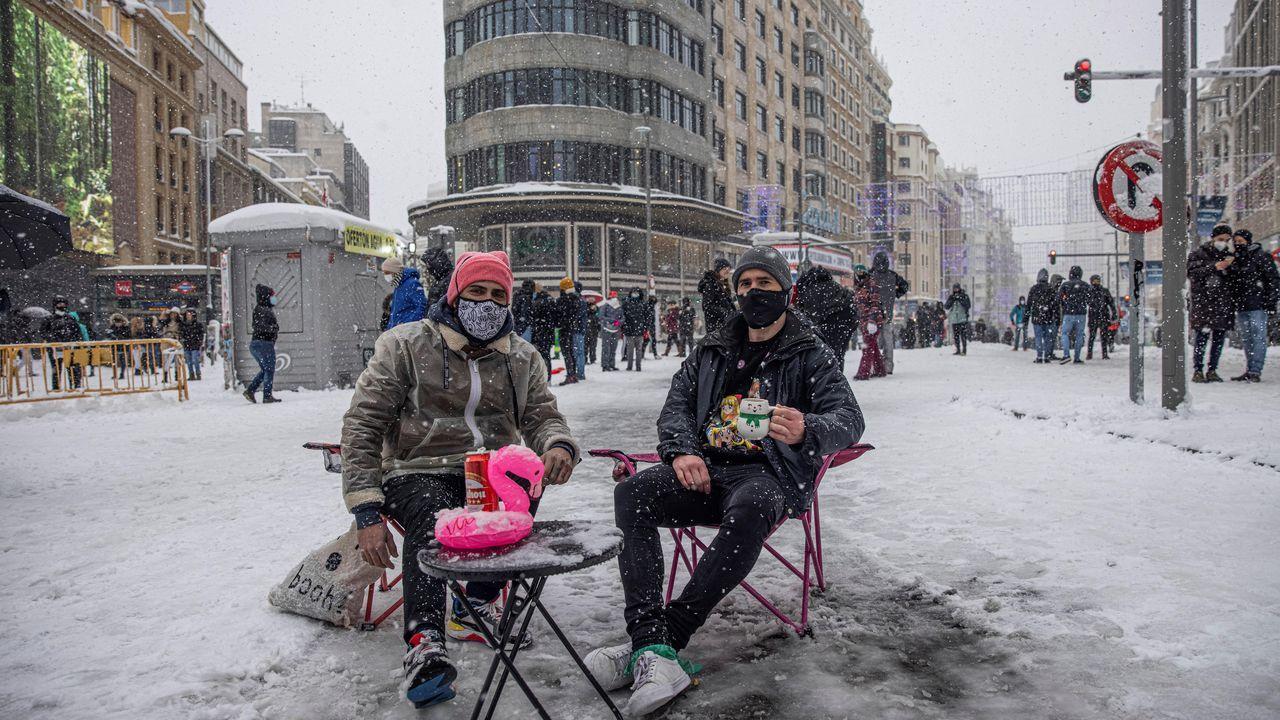 Sentados en una terraza improvisada en Callao