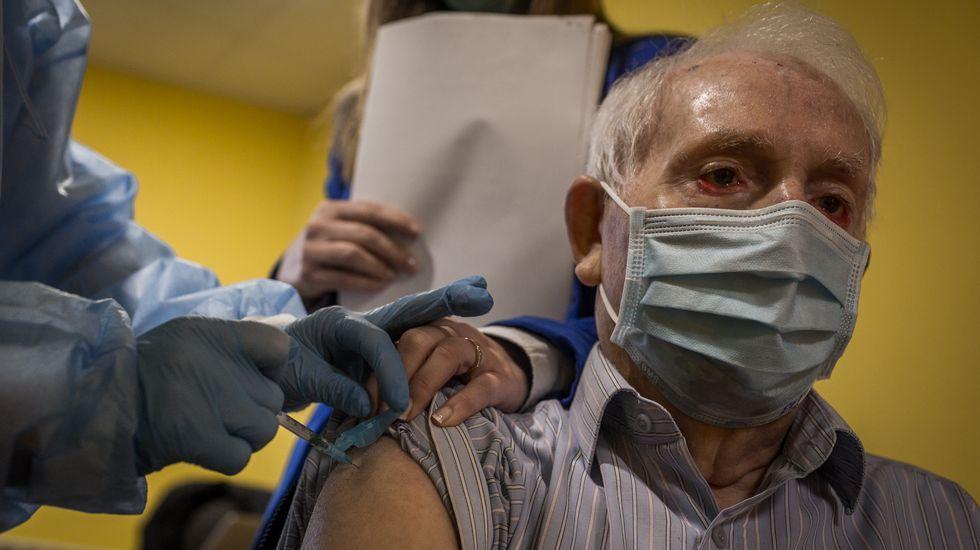 La campaña de vacunación llegó ayer a la residencia O Lecer dos Avoíños