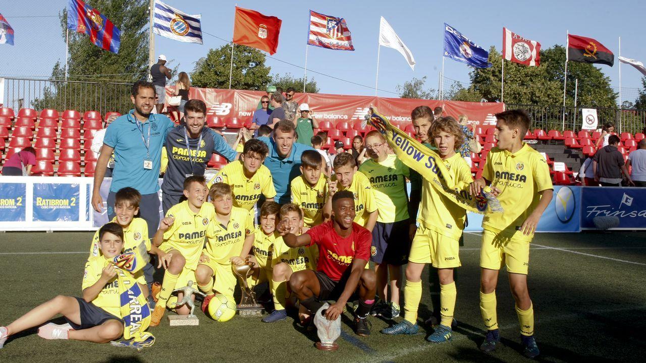 Clausura y entrega de premios del Arousa fútbol 7.Deivid puja por un balón con Jorge Molina