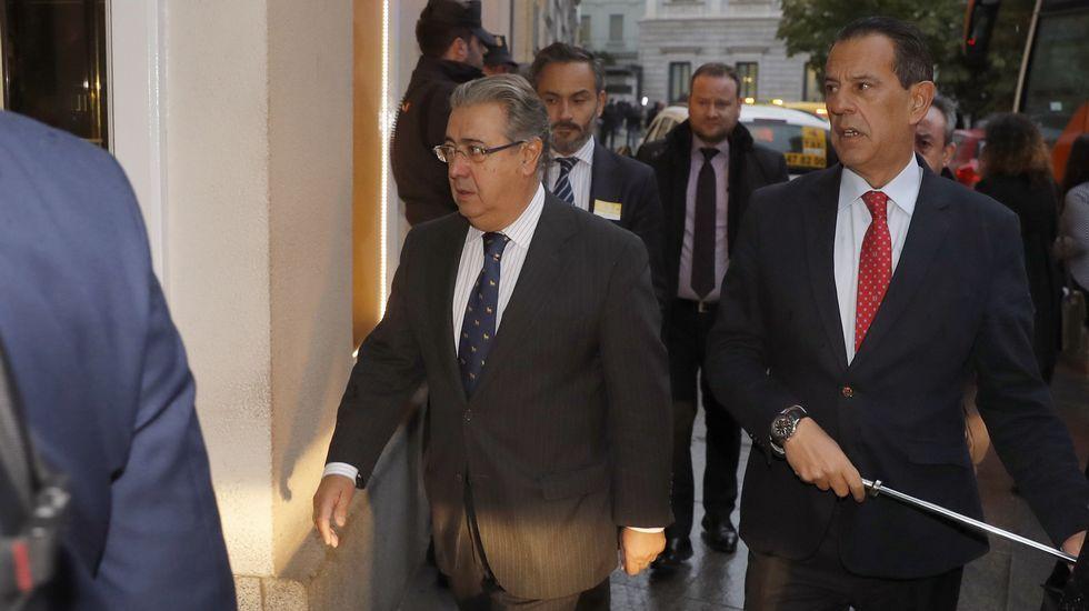 Tras conocer la noticia, el ministro del Interior, Juan Ignacio Zoido, se ha desplazado al hotel donde sufrió el infarto Rita Barberá.