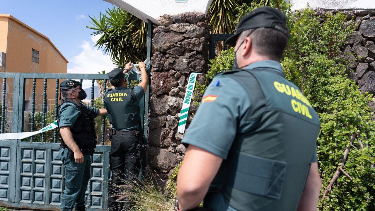 Un amplio dispositivo de la Guardia Civil registra la casa del padre de las niñas desaparecidas en Tenerife.Una terraza en Oviedo