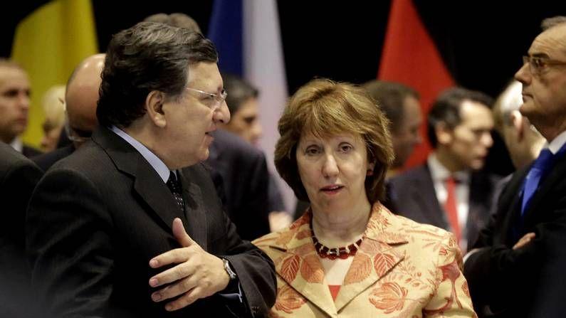 Barroso charla con Ashton.