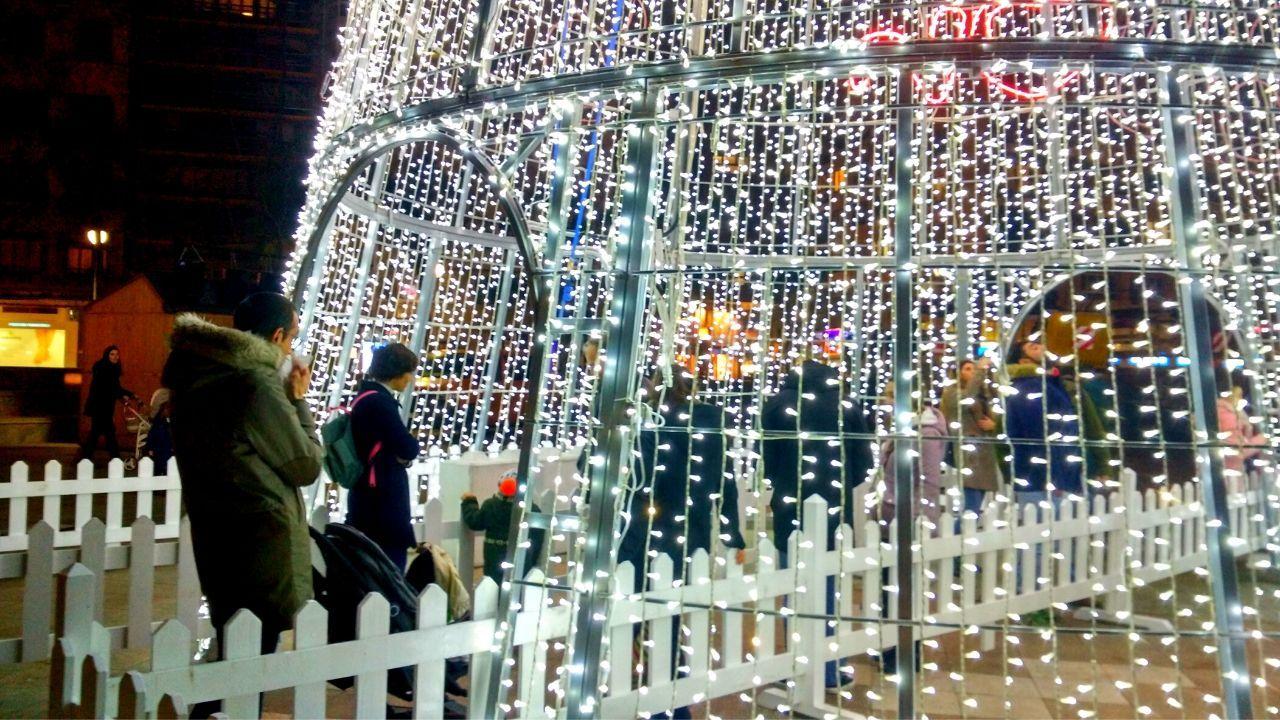 Más de 3 millones de luces de Navidad para iluminar Gijón.Representantes de todas las asociaciones vecinales de Gijón, ayer ante la casa consistorial, con las pancartas en las que exigen soluciones y participación real