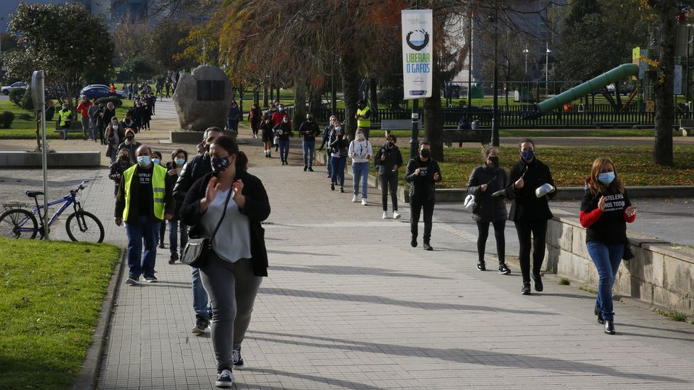 La hostelería pontevedresa clama por las ayudas.Un hombre toma un café en una terraza del centro de Oviedo