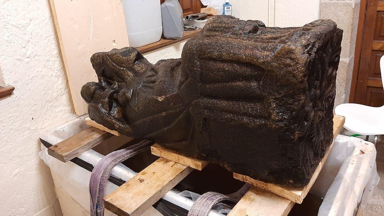 Asítrabajan los técnicos la escultura.Iglesia de San Pedro de Nora convertida en un aparcamiento