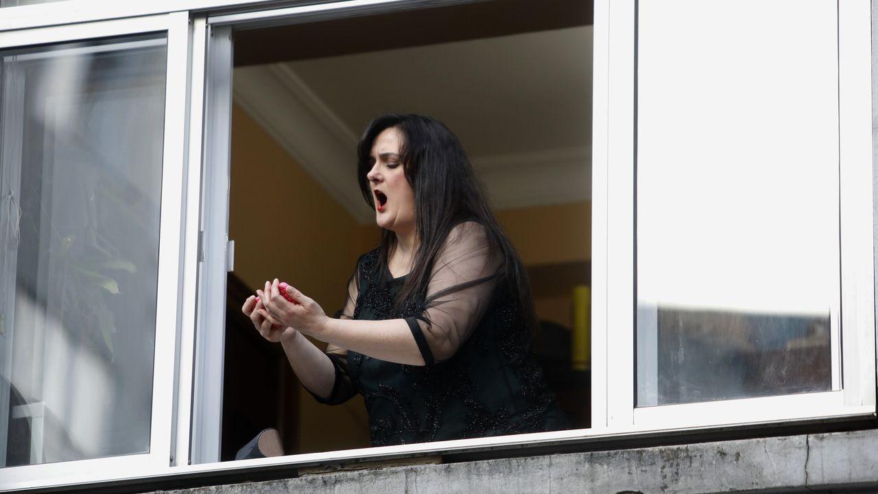 La soprano lucense María Lourdes Santos canta todos los días para sus vecinos de Lugo