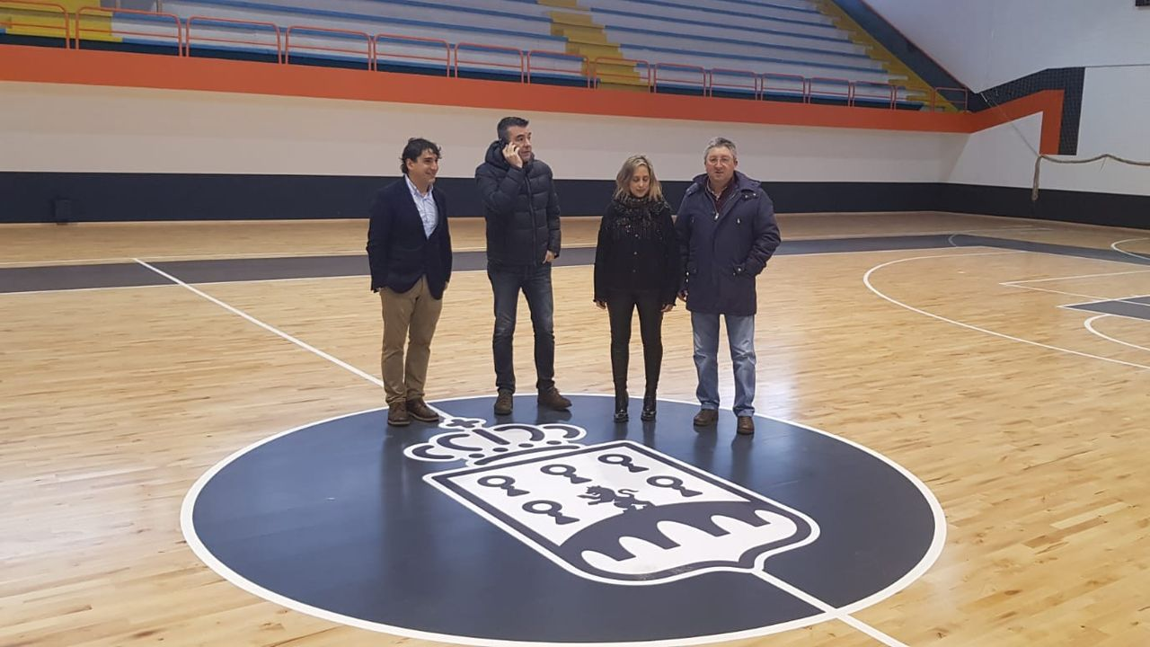 A la izquierda, el teniente de alcalde Jesús Fernánde y la regidora María Loureiro, que este jueves recepcionaron oficialmente las obras del pabellón polideportivo