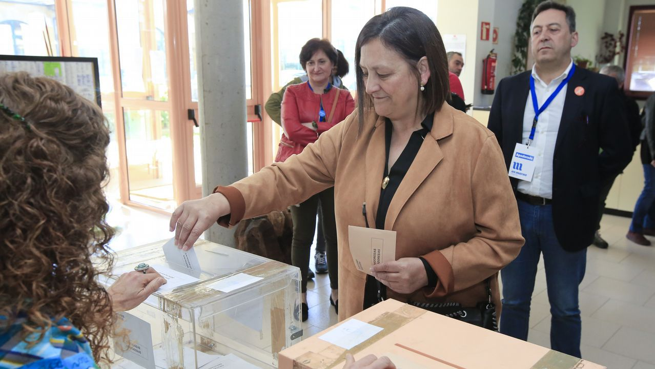 La candidata de En Marea, Cristina Pérez, votó en el centro social de Fingoi