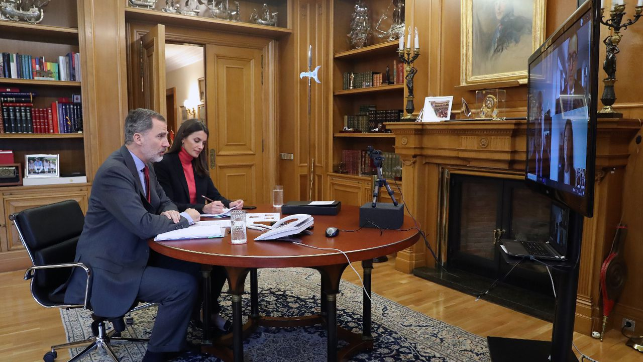 Los reyes, durante la videollamada con directivos de la Asociación Comercio de Oviedo