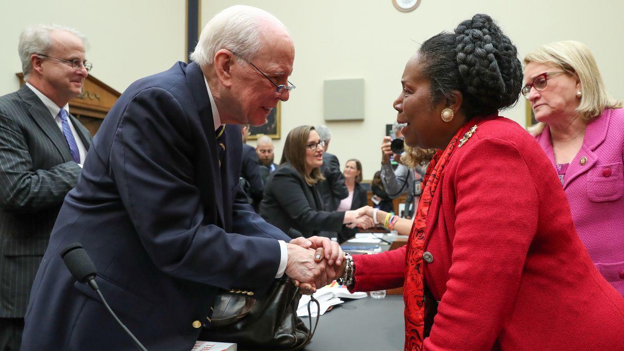 John Dean saluda a la congresista Sheila Jackson tras su comparecencia en el Comité Judicial de la Cámara de Representantes