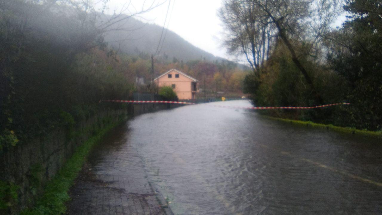 Carretera cortada por el agua entre Ribadavia y Arnoia