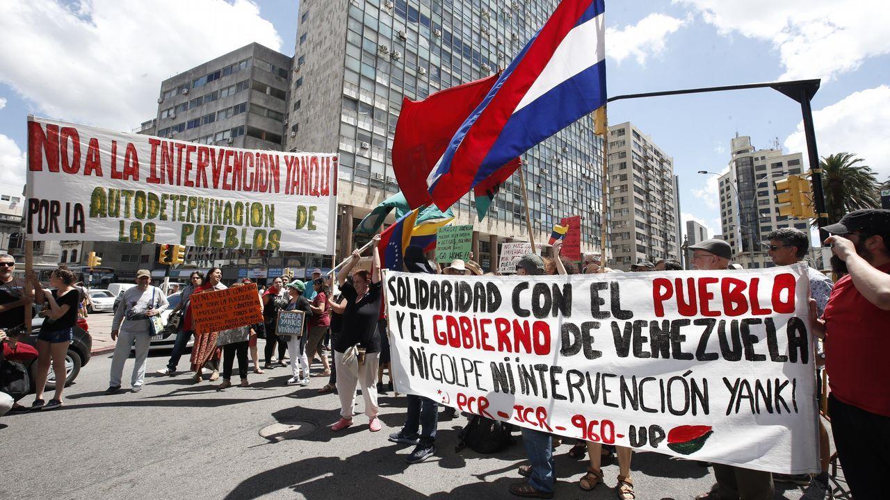 Decenas de personas se manifiestan en Montevideo (Uruguay) a favor del gobierno de Maduro, durante la primera reunión del Grupo Internacional de Contacto sobre Venezuela