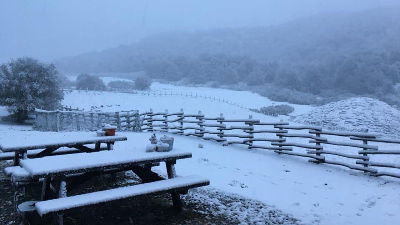 Área recreativa del refugio de Vegabaño cubierta por la nieve