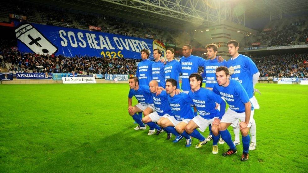 Pancarta de los aficionados del Real Oviedo en 2013