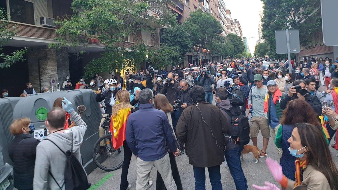 Crecen las protestas en la calle contra el Gobierno.Un agente conversa con una manifestante este lunes en el barrio de Salamanca