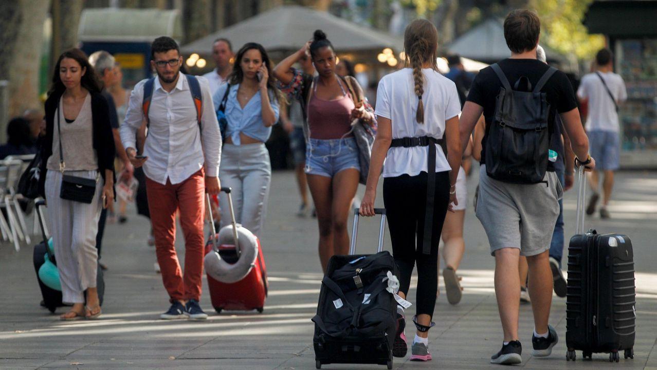 Turistas en La Rambla de Barcelona, en una imagen de este verano
