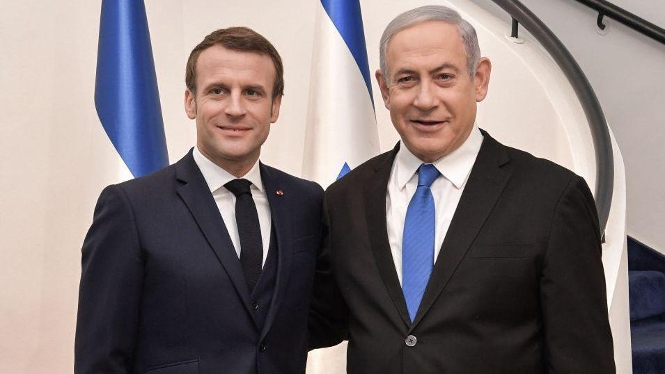 Imágenes de la pandemia en el mundo.El presidente francés Emmanuel Macron y el primer ministro israelí Benjamín Netanyahu, el 22 de enerno del 2020