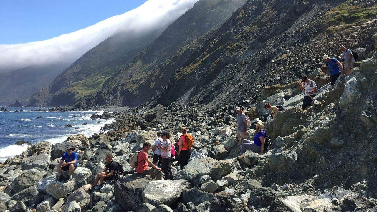 Ruta geológica guiada por Francisco Canosa a la playa de arenas negras, en la costa de Cedeira