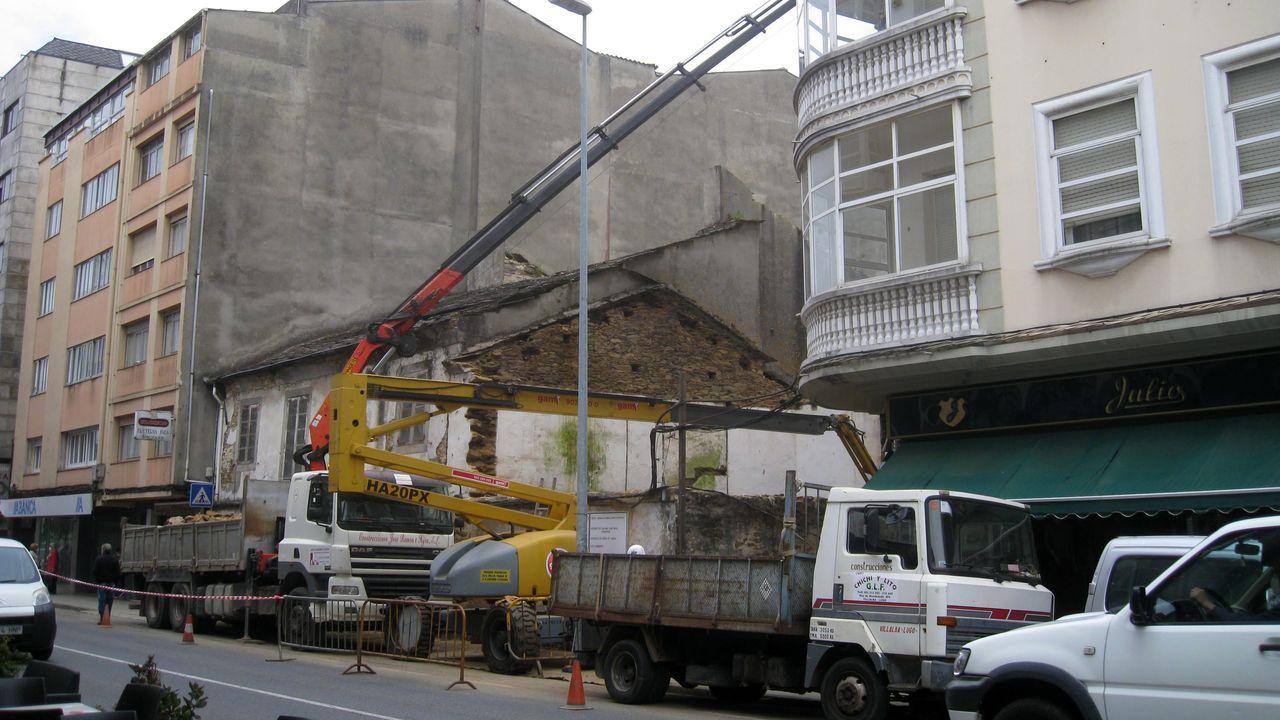 Las empresas de gas y electricidad trabajan para restablecer el servicio después del incendio de una vivienda en pleno centro de Vilalba.La casa que se tira está en la acera impar de la céntrica rúa da Pravia