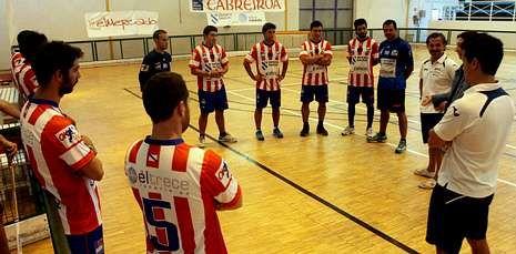 Los jugadores recibieron las consignas de la directiva y del cuerpo técnico antes del entrenamiento.