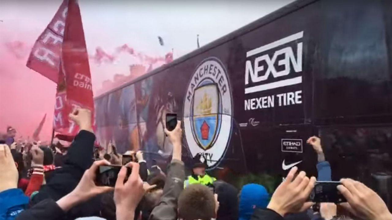 Los ultras del Liverpool, a botellazos con el bus del Manchester City